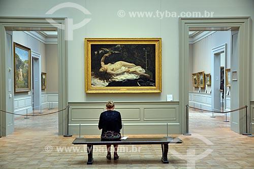 Mulher sentada em frente Quadro Woman with a Parrot (Mulher com um Papagaio) no Museu Metropolitano de Arte  - Cidade de Nova Iorque - Nova Iorque - Estados Unidos