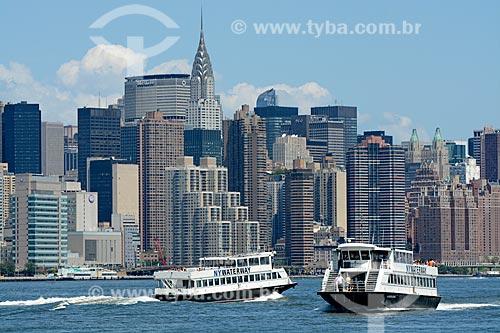 Catamarã navegando no Rio East com os prédios do distrito de Manhattan ao fundo  - Cidade de Nova Iorque - Nova Iorque - Estados Unidos