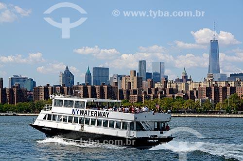 Catamarã navegando no Rio East com o WTC 1 à direita  - Cidade de Nova Iorque - Nova Iorque - Estados Unidos