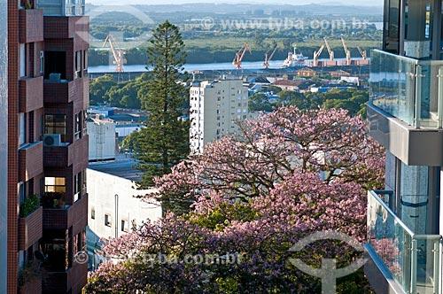 Prédios do centro do Porto Alegre com o Porto de Porto Alegre ao fundo  - Porto Alegre - Rio Grande do Sul (RS) - Brasil