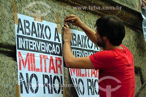 Detalhe de homem colando cartaz contra a prisão do ex-Luiz Inácio Lula da Silva na Cinelândia  - Rio de Janeiro - Rio de Janeiro (RJ) - Brasil