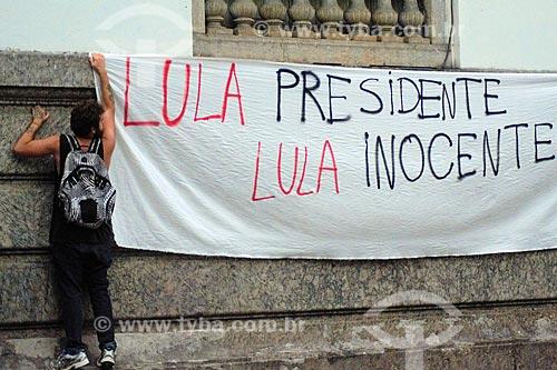 Detalhe de homem pendurando faixa em apoio ao ex-Luiz Inácio Lula da Silva na Cinelândia  - Rio de Janeiro - Rio de Janeiro (RJ) - Brasil