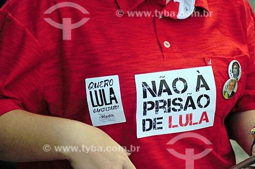 Detalhe de adesivos colados e broches em manifestante durante manifestação contra a prisão do ex-Luiz Inácio Lula da Silva na Cinelândia  - Rio de Janeiro - Rio de Janeiro (RJ) - Brasil
