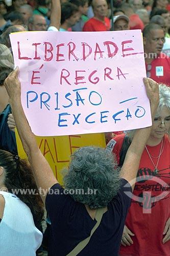 Manifestante segurando cartal que diz: Liberdade é regra, prisão exceção durante manifestação contra a prisão do ex-Luiz Inácio Lula da Silva na Cinelândia  - Rio de Janeiro - Rio de Janeiro (RJ) - Brasil
