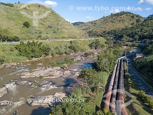 Foto feita com drone da represa da Usina Hidrelétrica Alberto Torres (1908) com a Rodovia BR-040 à esquerda  - Areal - Rio de Janeiro (RJ) - Brasil