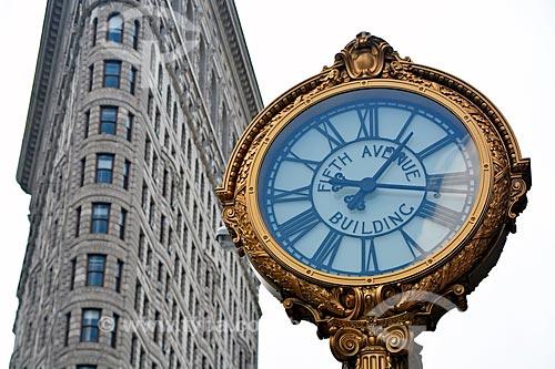 Detalhe de relógio com o Flatiron Building (1902) - também conhecido como Fuller Building - cruzamento da Brodway com a Madison Square - ao fundo  - Cidade de Nova Iorque - Nova Iorque - Estados Unidos