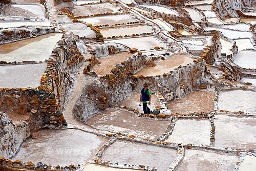 Funcionário trabalhando nos tanques de evaporação de sal da Salina de Maras  - Maras - Província de Urubamba - Peru