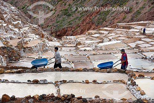 Funcionários trabalhando nos tanques de evaporação de sal da Salina de Maras  - Maras - Província de Urubamba - Peru