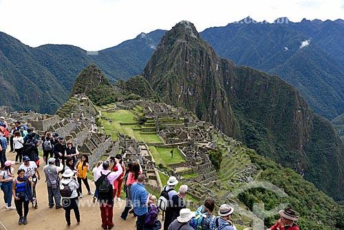 Vista geral das ruínas de Machu Picchu com a Huayna Picchu - também conhecida como Wayna Picchu - ao fundo  - Departamento de Cusco - Peru
