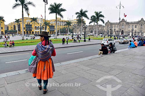 Mulher andina na Plaza Mayor de Lima (Praça Maior de Lima) com o Palácio Municipal de Lima (1549) - à esquerda - e o Palacio de Gobierno del Perú (Palácio do Governo do Peru) - 1938 - à direita  - Lima - Província de Lima - Peru