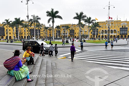 Mulher andina na Plaza Mayor de Lima (Praça Maior de Lima) com o Palácio Municipal de Lima - sede da Prefeitura da cidade de Lima (1549) - ao fundo  - Lima - Província de Lima - Peru