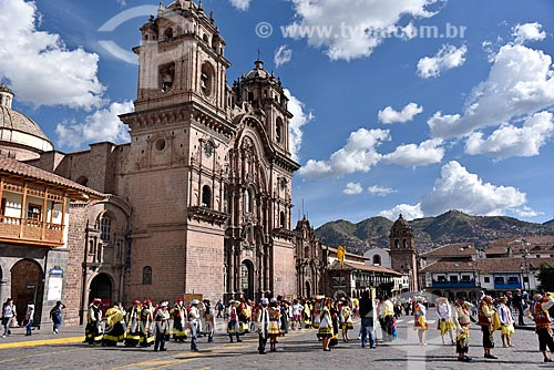 Fiesta del Señor de Qoyllur Riti (Festa do Senhor de Qoyllur Riti) na Plaza de Armas del Cuzco (Praça das Armas de Cusco) com a Iglesia de la Compañía de Jesús (Igreja da Companhia de Jesus) ao fundo  - Cusco - Departamento de Cusco - Peru