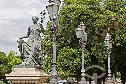 Detalhe de estátua simbolizando o comércio no Monumento à Abertura dos Portos (1908) - em comemoração ao centenário à Abertura dos Portos do Brasil às nações amigas  - Rio de Janeiro - Rio de Janeiro (RJ) - Brasil