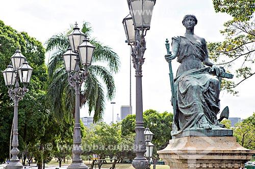 Detalhe de estátua simbolizando a navegação no Monumento à Abertura dos Portos (1908) - em comemoração ao centenário à Abertura dos Portos do Brasil às nações amigas  - Rio de Janeiro - Rio de Janeiro (RJ) - Brasil