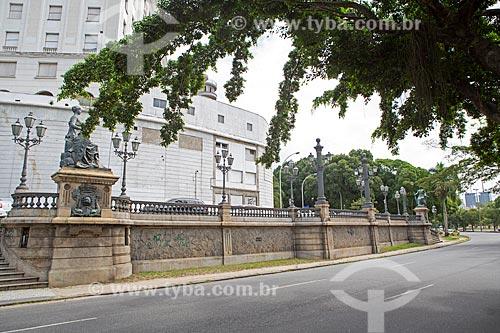 Monumento à Abertura dos Portos (1908) - em comemoração ao centenário à Abertura dos Portos do Brasil às nações amigas - com o Glória Palace Hotel (1922) ao fundo  - Rio de Janeiro - Rio de Janeiro (RJ) - Brasil