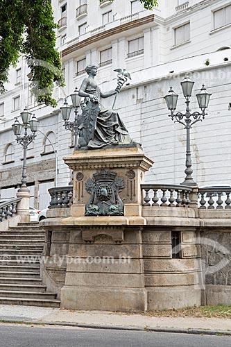 Detalhe de estátua simbolizando o comércio no Monumento à Abertura dos Portos (1908) com o Glória Palace Hotel (1922) ao fundo  - Rio de Janeiro - Rio de Janeiro (RJ) - Brasil