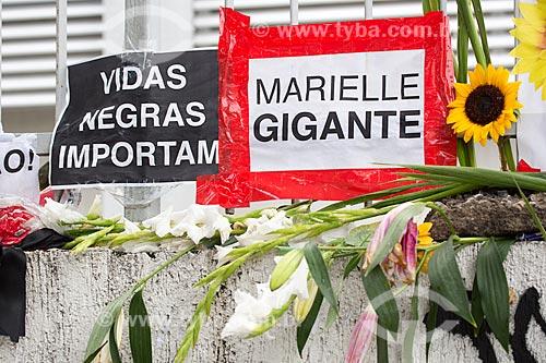 Detalhe de cartaz em homenagens marcando 1 mês do assassinato da Vereadora Marielle Franco na Rua João Paulo I - onde ela foi assassinada a tiros em 14 de março de 2018  - Rio de Janeiro - Rio de Janeiro (RJ) - Brasil