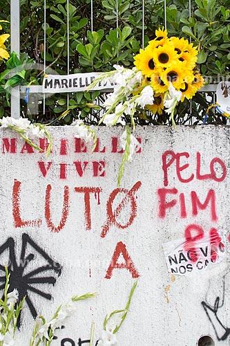 Detalhe de mensagens de protesto marcando 1 mês do assassinato da Vereadora Marielle Franco na Rua João Paulo I - onde ela foi assassinada a tiros em 14 de março de 2018  - Rio de Janeiro - Rio de Janeiro (RJ) - Brasil