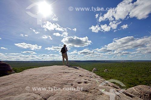 Homem observando a paisagem a partir da Serra Branca no Parque Nacional Serra da Capivara  - São Raimundo Nonato - Piauí (PI) - Brasil