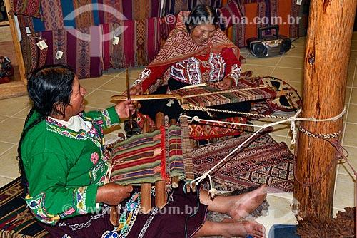 Artesãs peruanas confeccionando peças de artesanato com tear manual para venda em loja em Cusco  - Cusco - Departamento de Cusco - Peru