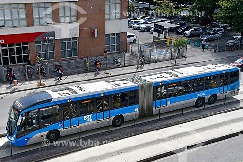 Ônibus do BRT (Bus Rapid Transit) Transcarioca na faixa exclusiva da Avenida Nelson Cardoso  - Rio de Janeiro - Rio de Janeiro (RJ) - Brasil