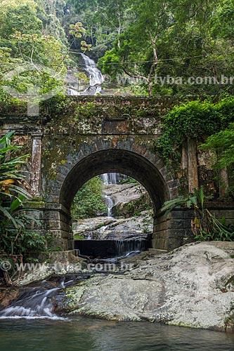 Vista da Cascatinha Taunay através da Ponte Job de Alcântara (1862)  - Rio de Janeiro - Rio de Janeiro (RJ) - Brasil