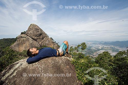 Jovem deitado no Bico do Papagaio - Parque Nacional da Tijuca  - Rio de Janeiro - Rio de Janeiro (RJ) - Brasil
