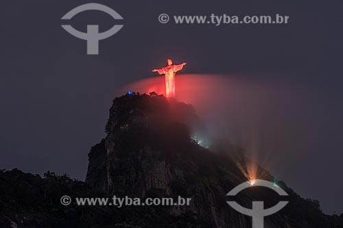 Monumento Cristo Redentor (1931) com iluminação especial - vermelho  - Rio de Janeiro - Rio de Janeiro (RJ) - Brasil