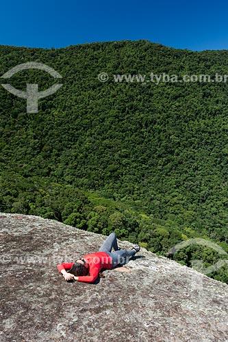 Mulher deitada no Pico do Pão de Açúcar - também conhecido como Pico do Mamanguá  - Paraty - Rio de Janeiro (RJ) - Brasil
