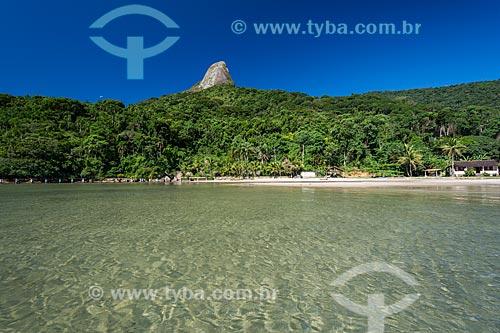 Vista da orla da Praia do Cruzeiro com o Pico do Pão de Açúcar - também conhecido como Pico do Mamanguá - ao fundo  - Paraty - Rio de Janeiro (RJ) - Brasil
