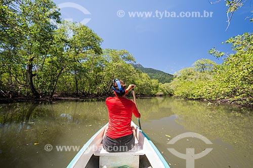Mulher em caiaque no manguezal do Rio Grande no Saco do Mamanguá  - Paraty - Rio de Janeiro (RJ) - Brasil