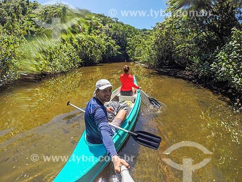 Casal fazendo uma selfie em caiaque no manguezal do Rio Grande no Saco do Mamanguá  - Paraty - Rio de Janeiro (RJ) - Brasil