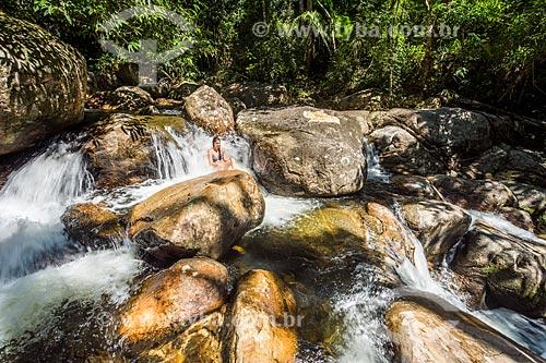 Banhista na cachoeira do Rio Grande no Saco do Mamanguá  - Paraty - Rio de Janeiro (RJ) - Brasil
