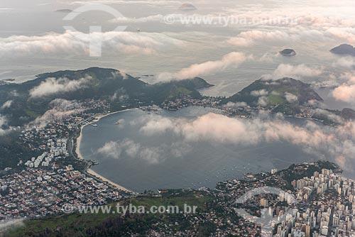 Vista de Praia de São Francisco e Praia de Charitas durante sobrevoo à Baía de Guanabara  - Niterói - Rio de Janeiro (RJ) - Brasil