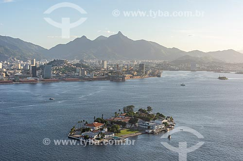 Foto aérea da Ilha das Enxadas - atual sede do Centro de Instrução Almirante Wandenkolk (CIAW) - com o Porto do Rio de Janeiro ao fundo  - Rio de Janeiro - Rio de Janeiro (RJ) - Brasil