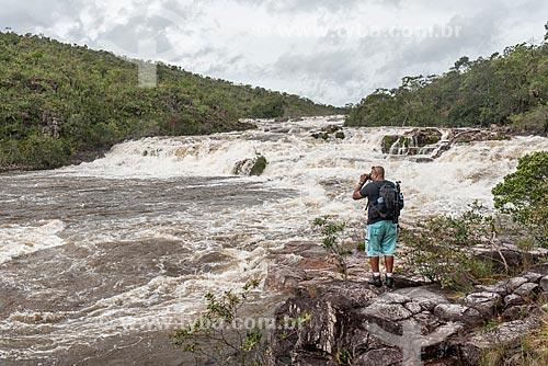 Homem fotografando a Cachoeira dos Couros no Parque Nacional da Chapada dos Veadeiros  - Alto Paraíso de Goiás - Goiás (GO) - Brasil