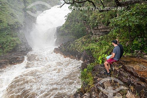 Homens observando a Cachoeira dos Couros no Parque Nacional da Chapada dos Veadeiros  - Alto Paraíso de Goiás - Goiás (GO) - Brasil
