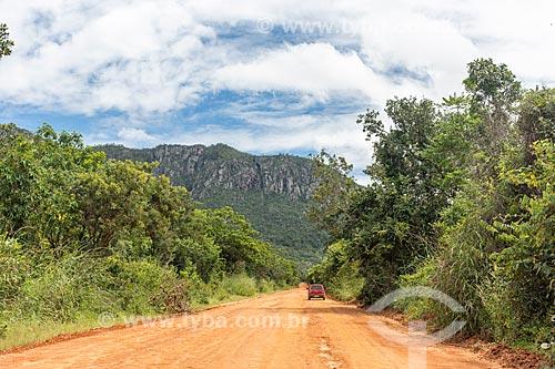 Vista de estrada de terra com a Serra da Nova Aurora ao fundo  - Cavalcante - Goiás (GO) - Brasil