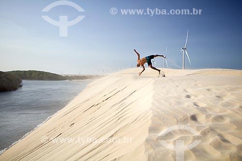 Homem fazendo salto mortal nas dunas do Delta do Parnaíba  - Ilha Grande - Piauí (PI) - Brasil