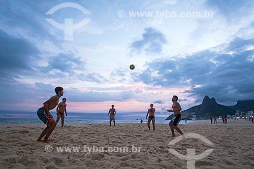 Banhistas jogando futebol (altinha) na orla da Praia de Ipanema com o Morro Dois Irmãos ao fundo  - Rio de Janeiro - Rio de Janeiro (RJ) - Brasil