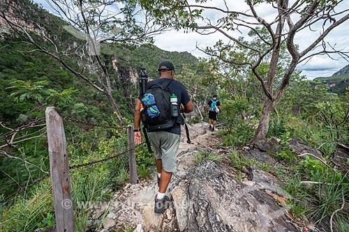 Homens na trilha da Cachoeira do Salto no Parque Nacional da Chapada dos Veadeiros  - Alto Paraíso de Goiás - Goiás (GO) - Brasil