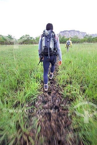 Homens em trilha do Parque Nacional das Nascentes do Rio Parnaíba com a Serra das Mangabeiras ao fundo  - Barreiras do Piauí - Piauí (PI) - Brasil