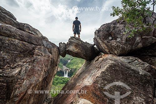 Homem observando a Cachoeira do Salto sobre o Mirante da Janela no Parque Nacional da Chapada dos Veadeiros  - Alto Paraíso de Goiás - Goiás (GO) - Brasil
