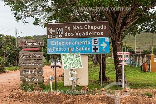 Placas informativas de pousadas e pontos turísticos na Vila de São Jorge  - Alto Paraíso de Goiás - Goiás (GO) - Brasil