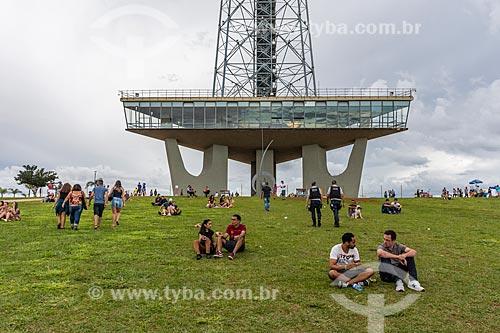 Pessoas no Jardim Burle Marx com a Torre de TV de Brasília ao fundo  - Brasília - Distrito Federal (DF) - Brasil