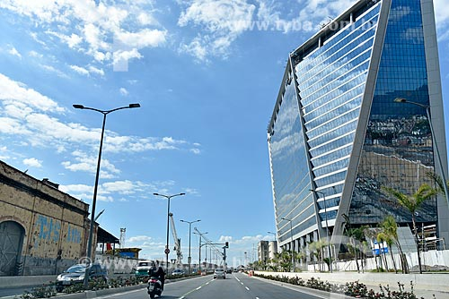 Tráfego na Avenida Rodrigues Alves com o Edifício Pátio Marítima à direita  - Rio de Janeiro - Rio de Janeiro (RJ) - Brasil