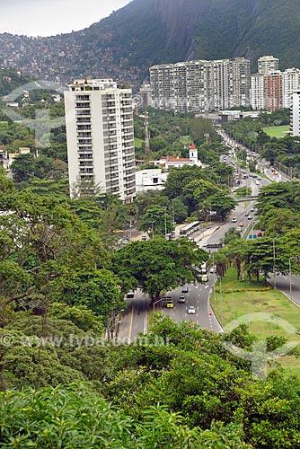 Tráfego na Autoestrada Lagoa-Barra com edifícios residenciais e a Favela da Rocinha ao fundo  - Rio de Janeiro - Rio de Janeiro (RJ) - Brasil