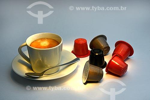 Detalhe de xícara de café expresso com cápsulas  - Brasil