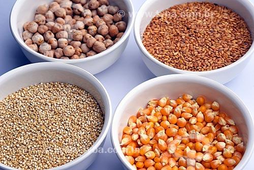 Detalhe de potes com grãos de grãos-de-bico, quinoa, linhaça dourada e milho de pipoca  - Brasil