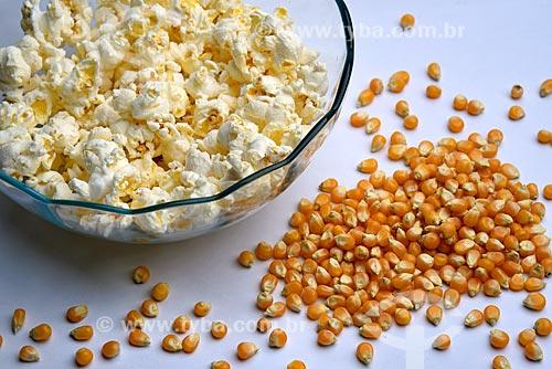 Detalhe de pipoca estourada e grãos de milho de pipoca (Zea mays everta)  - Brasil